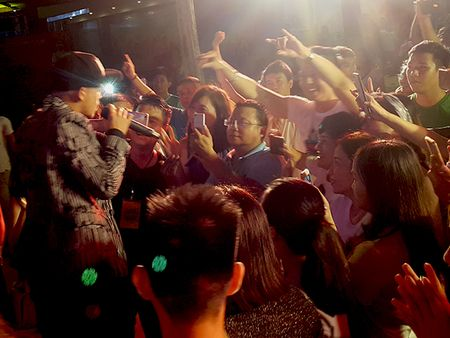 'Hotboy Vietnam Idol' Trong Hieu quay het minh voi khan gia Da Nang - Anh 5