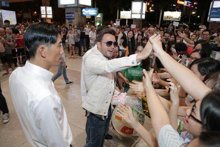 Shane Filan duoc chao don trong vong tay va tieng la het cua fan Viet - Anh 3