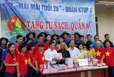 Trao tang quan ao, tu sach cho hoc sinh dan toc thieu so Ky Son - Anh 1