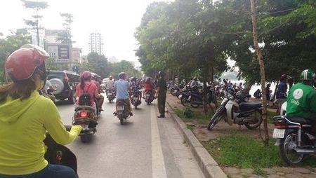 Ha Noi: Phat hien thi the noi giua ho Linh Dam luc sang som - Anh 1