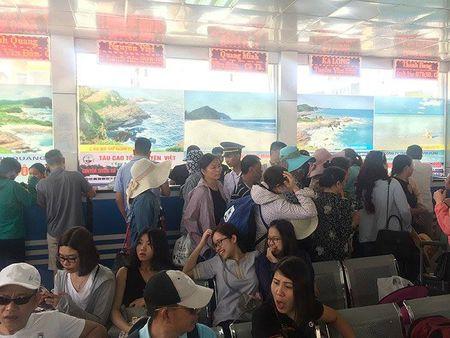 Quang Ninh: Hon 5.000 du khach mac ket tren dao do anh huong cua bao so 2 - Anh 1