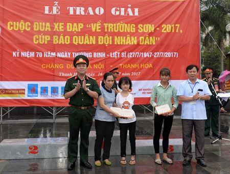 Cuoc dua xe dap 'Ve Truong Son - 2107, Cup Bao Quan doi nhan dan': Van dong vien Nguyen Tan Hoai gianh giai Nhat chang Ha Noi - Thanh Hoa - Anh 7
