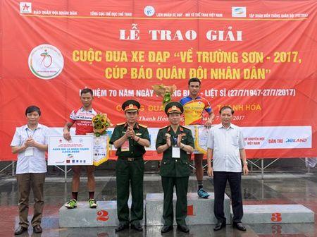 Cuoc dua xe dap 'Ve Truong Son - 2107, Cup Bao Quan doi nhan dan': Van dong vien Nguyen Tan Hoai gianh giai Nhat chang Ha Noi - Thanh Hoa - Anh 4