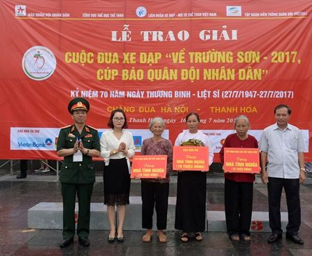 Cuoc dua xe dap 'Ve Truong Son - 2107, Cup Bao Quan doi nhan dan': Van dong vien Nguyen Tan Hoai gianh giai Nhat chang Ha Noi - Thanh Hoa - Anh 5