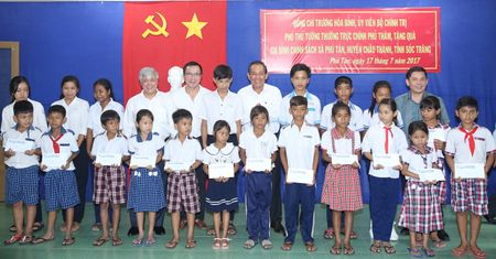 Pho Thu tuong Thuong truc Chinh phu trao hoc bong cho hoc sinh ngheo Soc Trang - Anh 1
