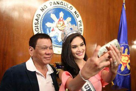 Ong Duterte vi du soc ve cuong buc Hoa hau Hoan vu - Anh 1