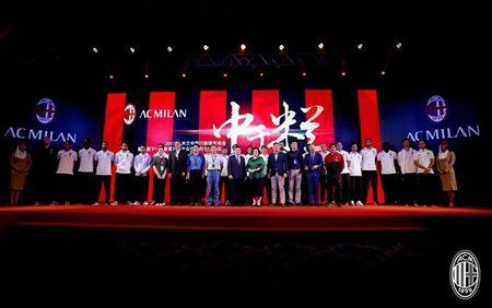 Dan sao Milan ra mat hoanh trang tai Quang Chau - Anh 8