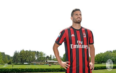 Bonucci va 10 bom tan cua AC Milan mua nay - Anh 2