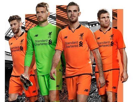 Liverpool ra mat ao dau mau cam la lam - Anh 1