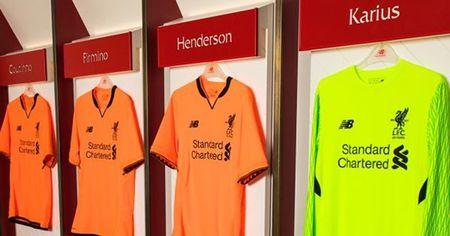 Liverpool ra mat ao dau mau cam la lam - Anh 8