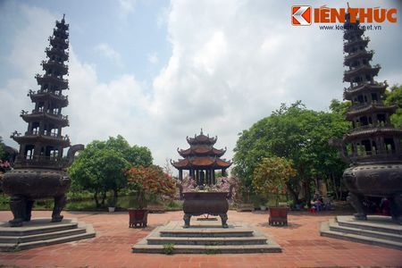 Choang ngop truoc ngoi chua co be the nhat Hung Yen - Anh 14