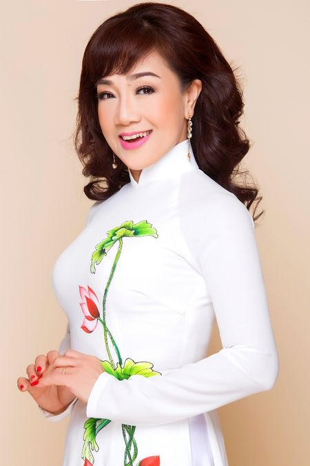 NSUT Phuong Hong Thuy khoe voc dang thon tha khi dien ao dai - Anh 2