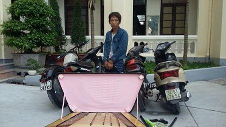 Bat giu 'sieu trom' thuong mang hung khi di gay an - Anh 1