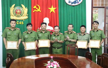 Cong an Vinh Long khen thuong tap the va ca nhan co thanh tich pha an - Anh 1