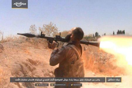 Quan doi Syria bat ngo hung that bai truoc phe thanh chien ngoai o Damascus - Anh 3
