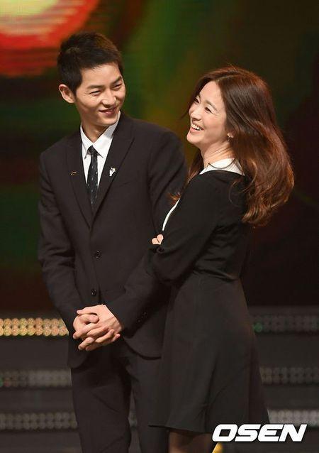 Gia dinh Song Joong Ki toi Seoul gap go me Song Hye Kyo - Anh 1