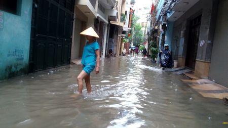 Ha Noi: Gan 100 ho dan pho Yen Hoa bi ngap trong nuoc, phai so tan do dac - Anh 1