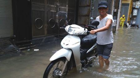 Ha Noi: Gan 100 ho dan pho Yen Hoa bi ngap trong nuoc, phai so tan do dac - Anh 8