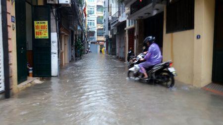 Ha Noi: Gan 100 ho dan pho Yen Hoa bi ngap trong nuoc, phai so tan do dac - Anh 9