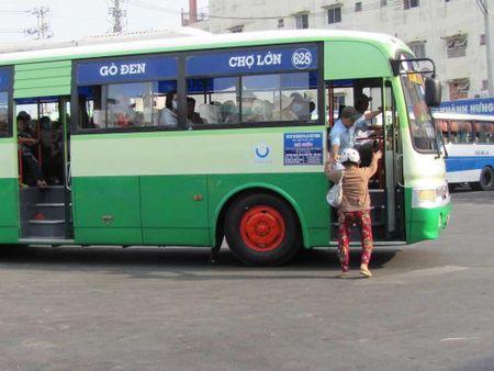 Tai xe xe buyt bi con do chan oto danh gay song mui - Anh 1