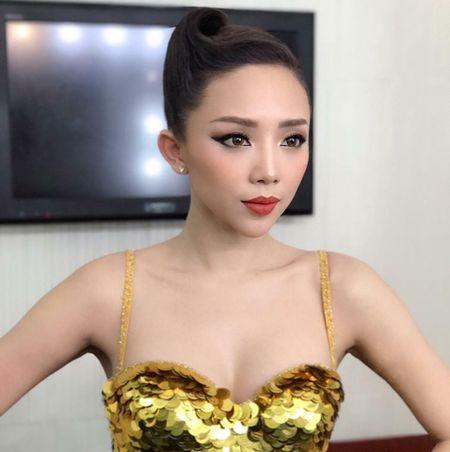 'Ban loan' vi Toc Tien chuong mac ao hai day xe sau hun hut o nha - Anh 2