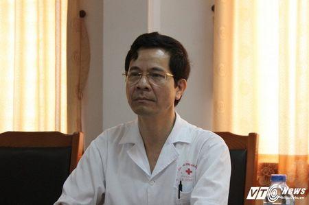 Be gai 14 tuoi chet bat thuong tai Bac Giang: Truong khoa Nhi khoe quan he, doa gia dinh benh nhan - Anh 1
