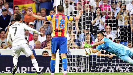 "Messi, Ronaldo tho phao: ""Hung than"" da roi La Liga - Anh 1"