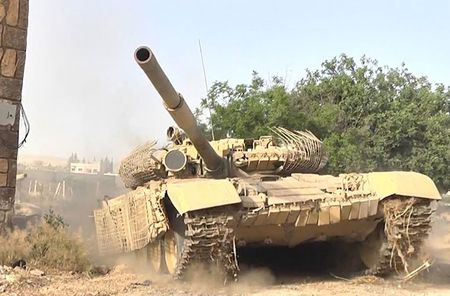 Bi phien quan tan cong, xe tang T-72 cua quan doi Syria dam xuong song - Anh 1