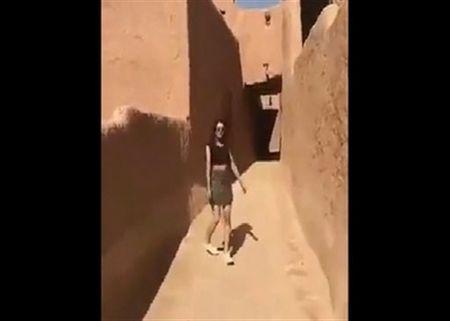 Arab Saudi dieu tra video phu nu mac vay ngan - Anh 1