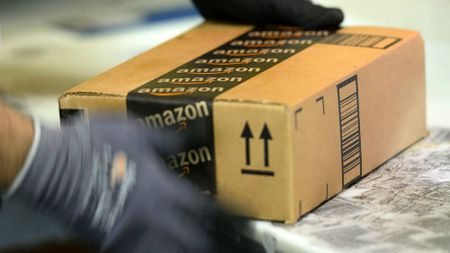 Nhieu nguoi dung My mua hang truc tuyen qua Amazon - Anh 1