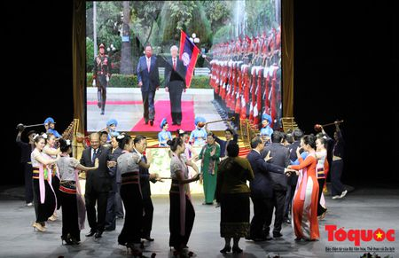 Buc tranh du lich Viet Nam qua nhung bai hat danh tang khan gia Lao - Anh 10