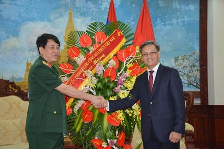 Lanh dao Bo Quoc phong chuc mung Dai su quan Lao - Anh 2