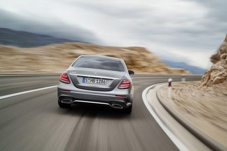 Mercedes-Benz nang cap nhe E-Class 2018 - Anh 3