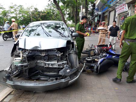 Hai Phong: O to dam lien hoan xe may, 2 nguoi bi thuong - Anh 1