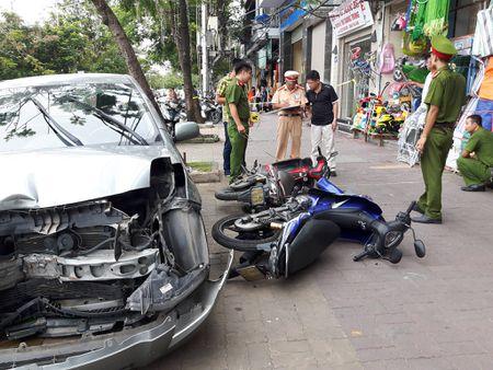 Hai Phong: O to dam lien hoan xe may, 2 nguoi bi thuong - Anh 3