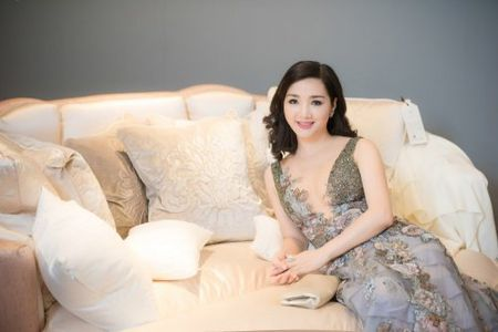 Nhung mau vay khoet sau khoe vong 1 cang day, nong bong cua Hoa hau Giang My U50 - Anh 1