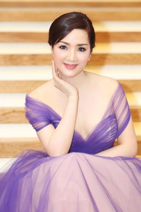 Nhung mau vay khoet sau khoe vong 1 cang day, nong bong cua Hoa hau Giang My U50 - Anh 7