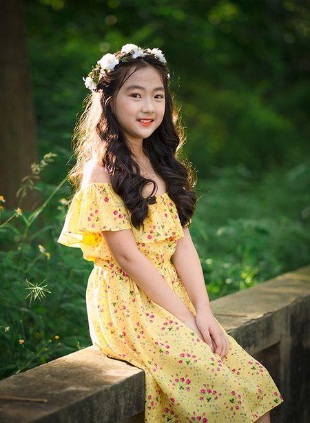 """Be gai Hai Duong 9 tuoi cao 1m47, cam V-line thanh tu tu nhien dung chuan """"hoa hau"""" - Anh 4"""