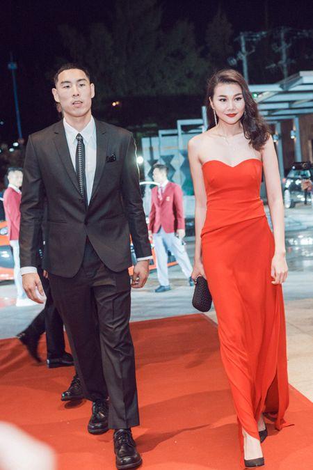 Thanh Hang - Tu Anh tu tin khoe dang, duoc dan cau thu ngoai 'ho tong' di su kien - Anh 1