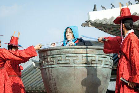 Nhung tinh huong 'troi oi dat hoi' khi xuyen khong cua phim Han - Anh 8