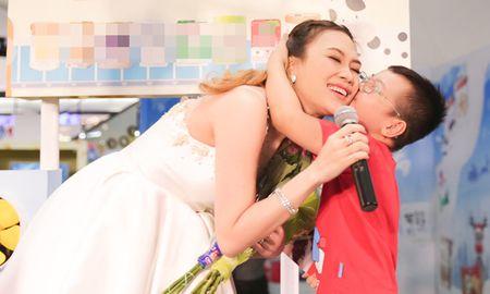 My Tam duoc fan nhi chay len hon ma luc dang hat - Anh 4