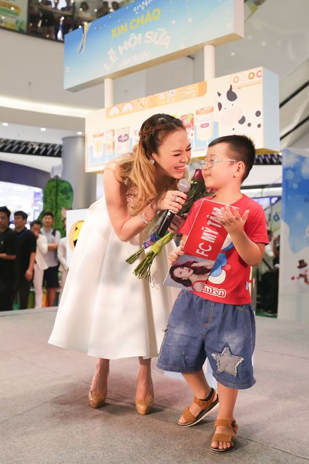 My Tam duoc fan nhi chay len hon ma luc dang hat - Anh 5