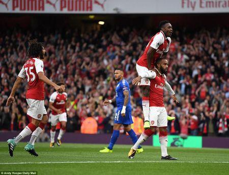 Arsenal 4-3 Leicester: Dai tiec ngay khai cuoc - Anh 1