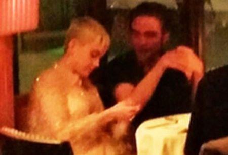 Hon the cua Robert Pattinson bi bat gap than mat ben nguoi dan ong khac - Anh 9
