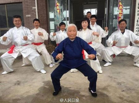 Trung Quoc: Cu ba tap kungfu suot 9 thap ky - Anh 1