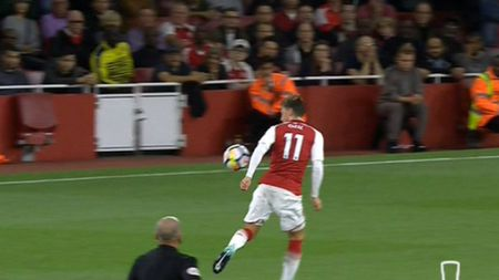 May man cho Arsenal! Trong tai bo qua pha Oezil dung tay choi bong o ban cua Ramsey - Anh 1