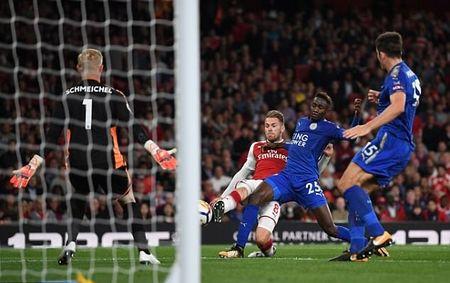 May man cho Arsenal! Trong tai bo qua pha Oezil dung tay choi bong o ban cua Ramsey - Anh 3