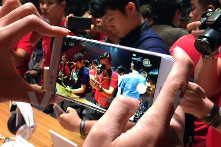 Tan mat thay nhung chiec smartphone ZenFone 4 dau tien - Anh 2