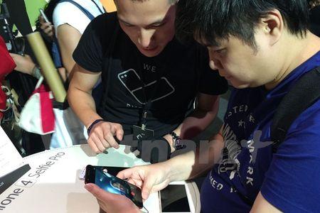 Tan mat thay nhung chiec smartphone ZenFone 4 dau tien - Anh 7