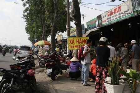 Dong loat xa hang truoc ngay tra dat quoc phong o Tan Son Nhat - Anh 2